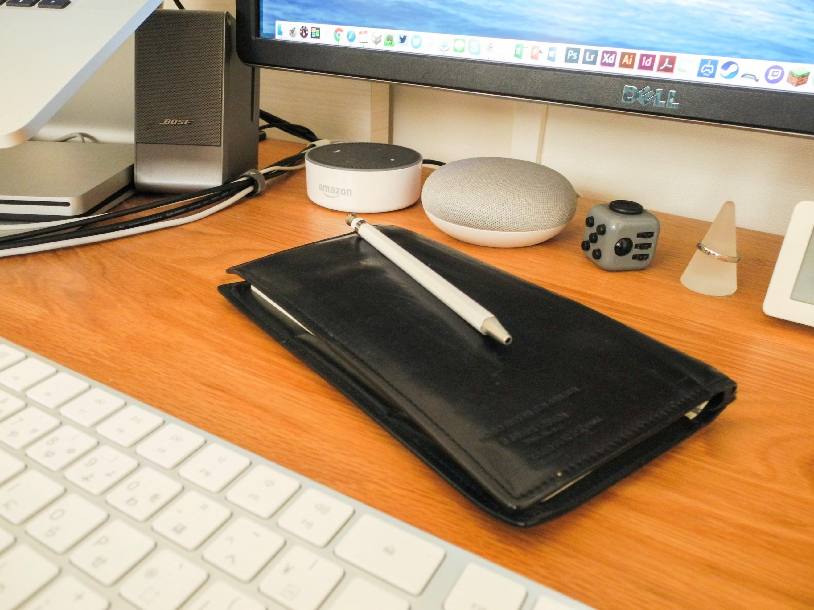 デスクに置かれた手帳