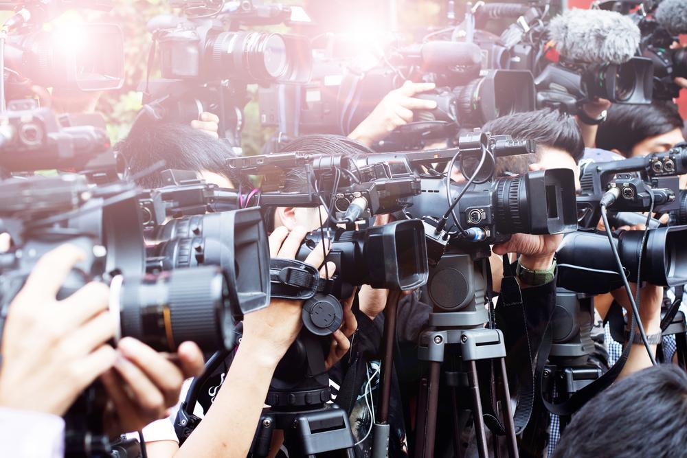 カメラを構える報道陣