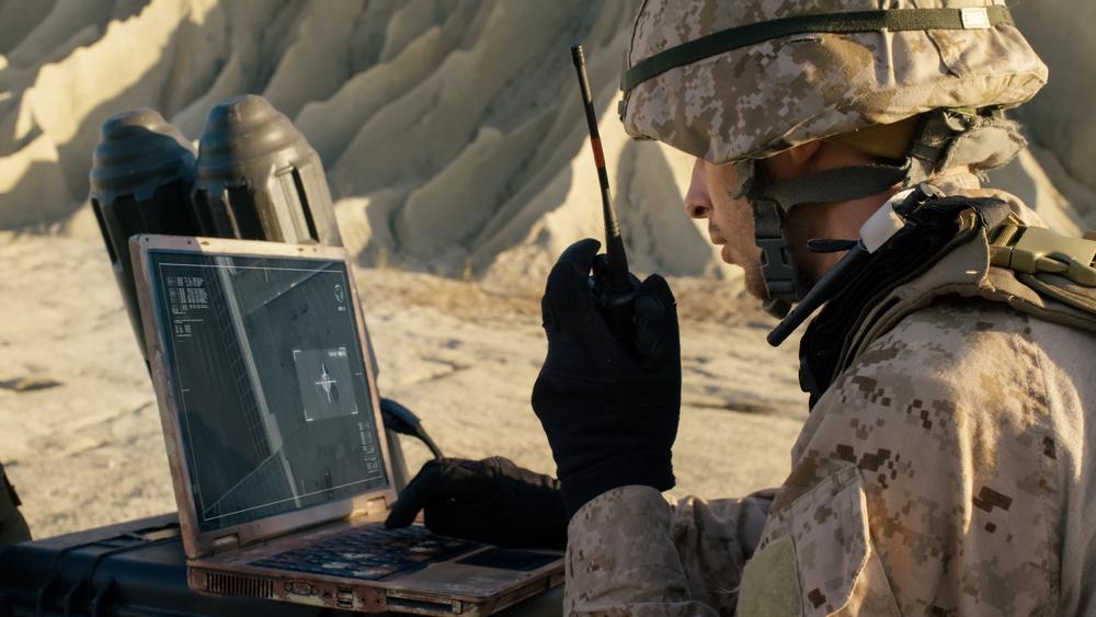 通信する軍人