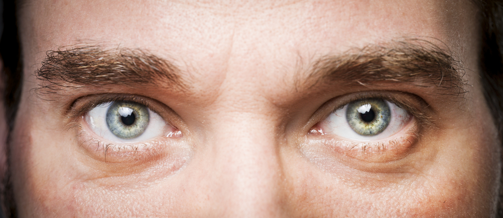 男性の目のアップ
