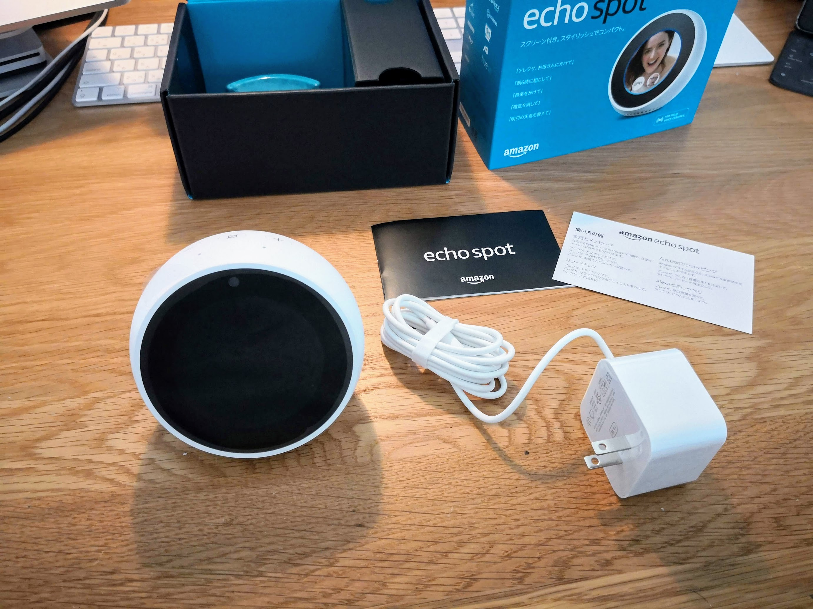 Amazon Echo Spotと付属品をデスクの上に並べる様子