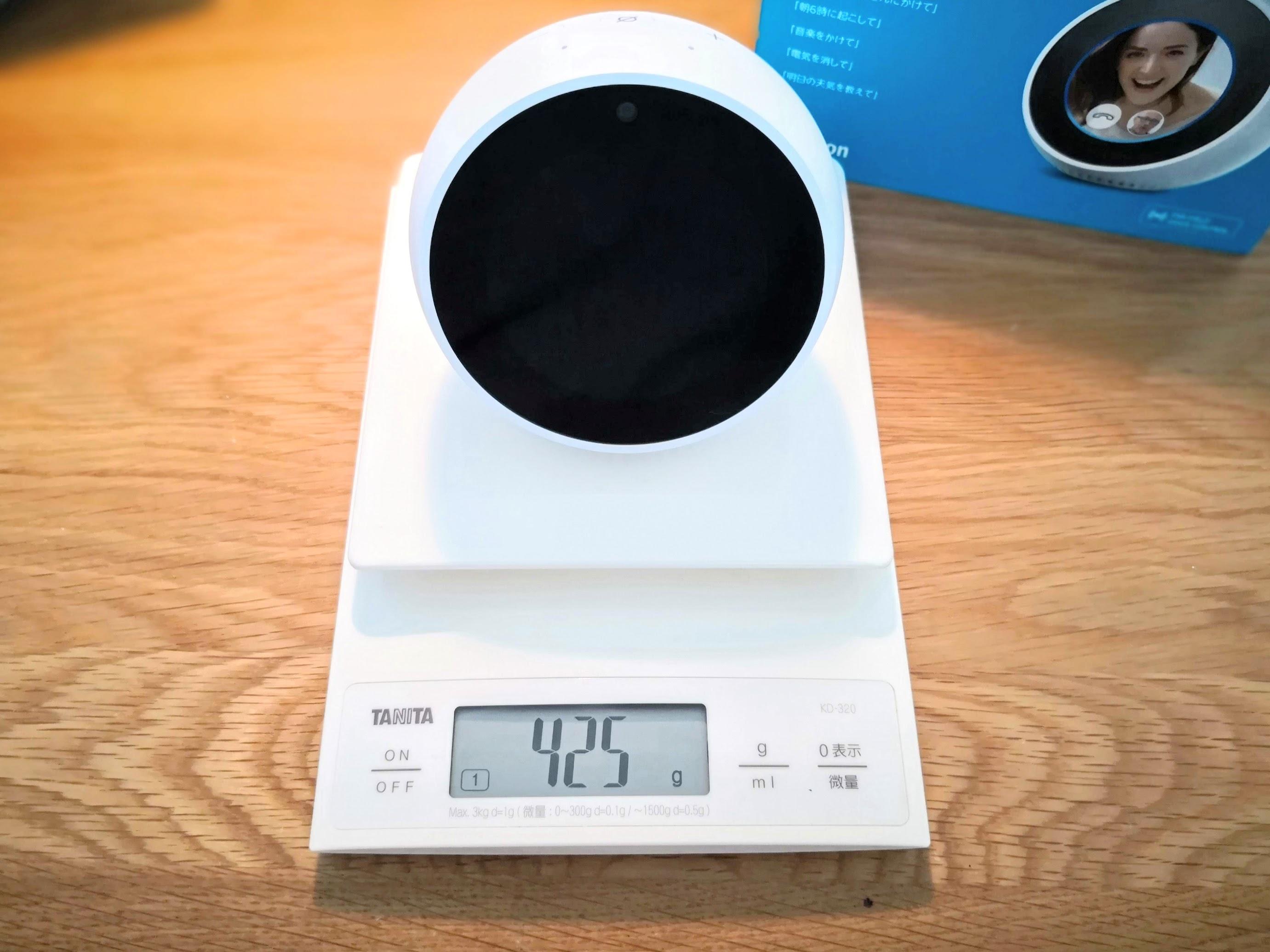 Amazon Echo Spot本体の重さを量る様子