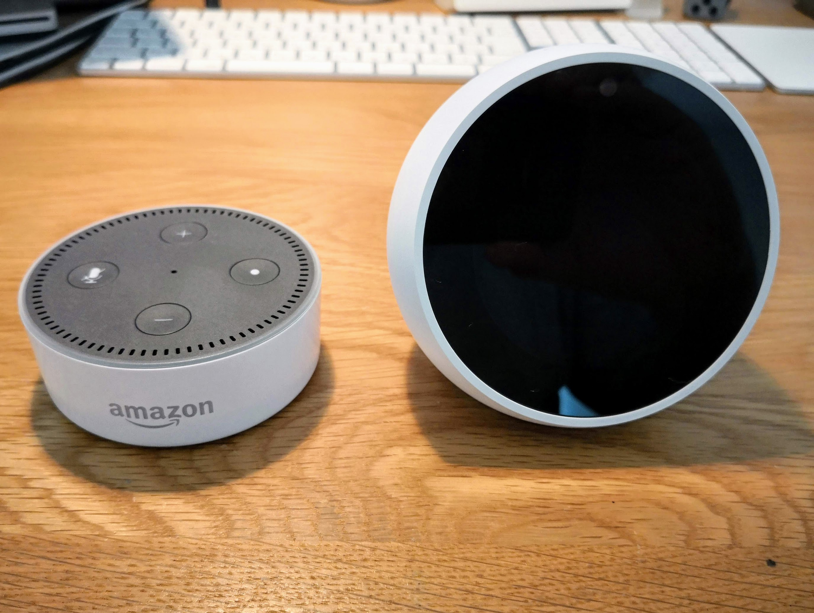 Amazon Echo SpotとAmazon Echo dotを並べて置いている様子