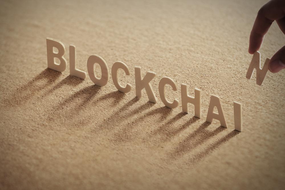 アルファベットのブロックを「BLOCK CHAIN」と並べている様子
