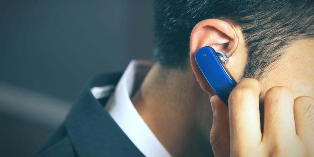 ワイヤレスのイヤフォンを耳に装着している男性