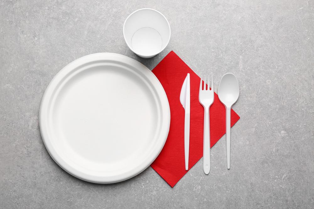 空の食器とカトラリーが並べられている机