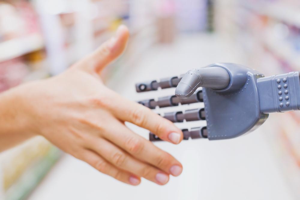 人間とロボットが握手をする様子