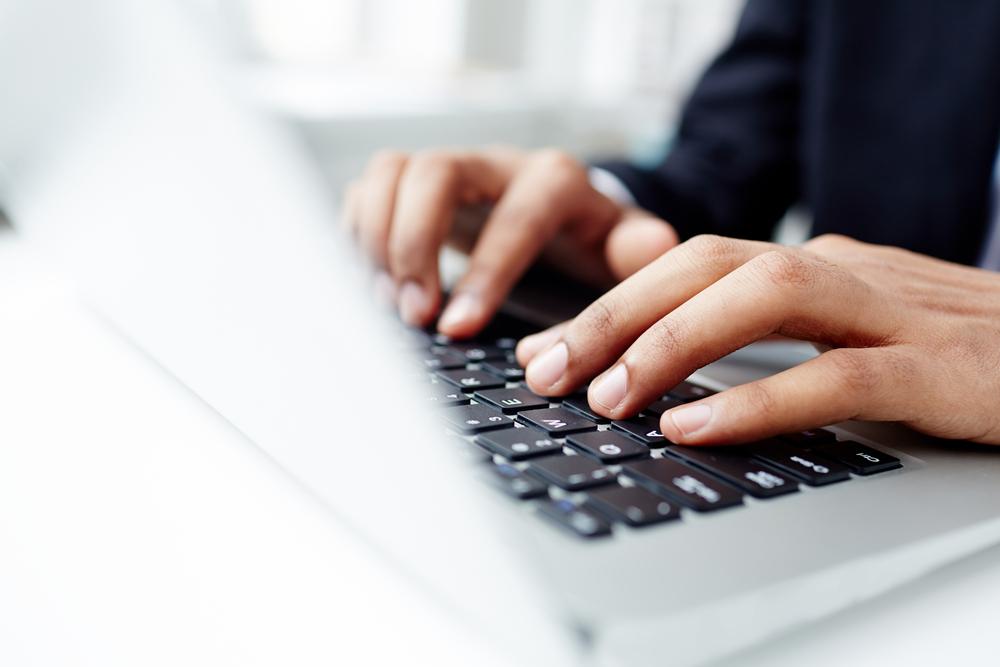 ノートPCを操作している男性