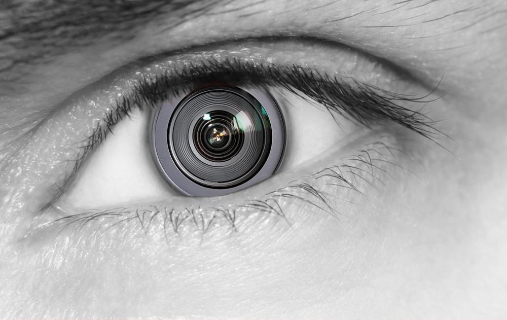 瞳が機械的なレンズになっている男性