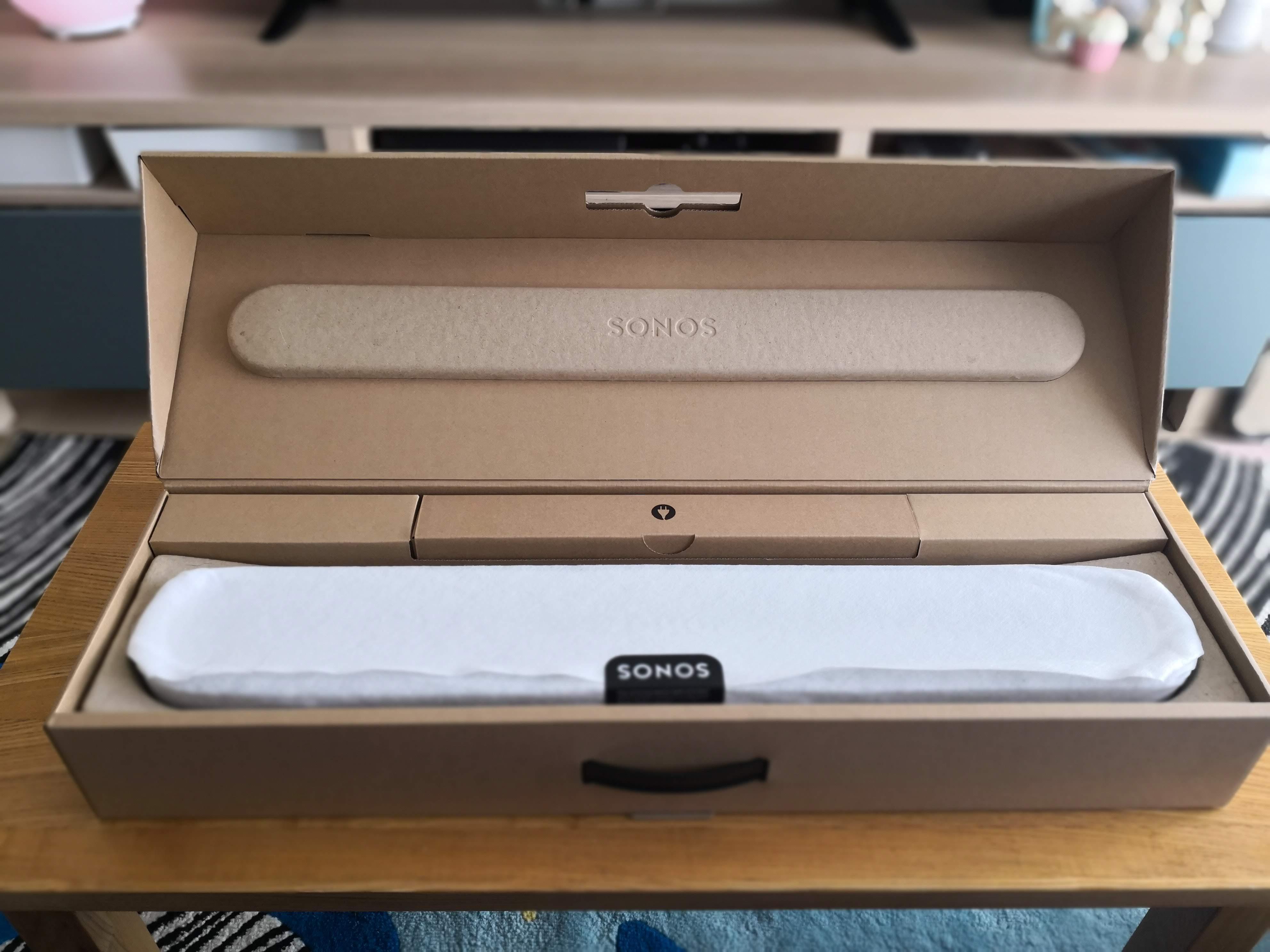 内箱の中にあるSONOS Beamの本体