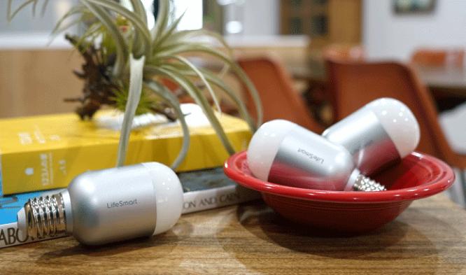 デスクに並ぶスマートLEDライト「BLEND Light Bulb」