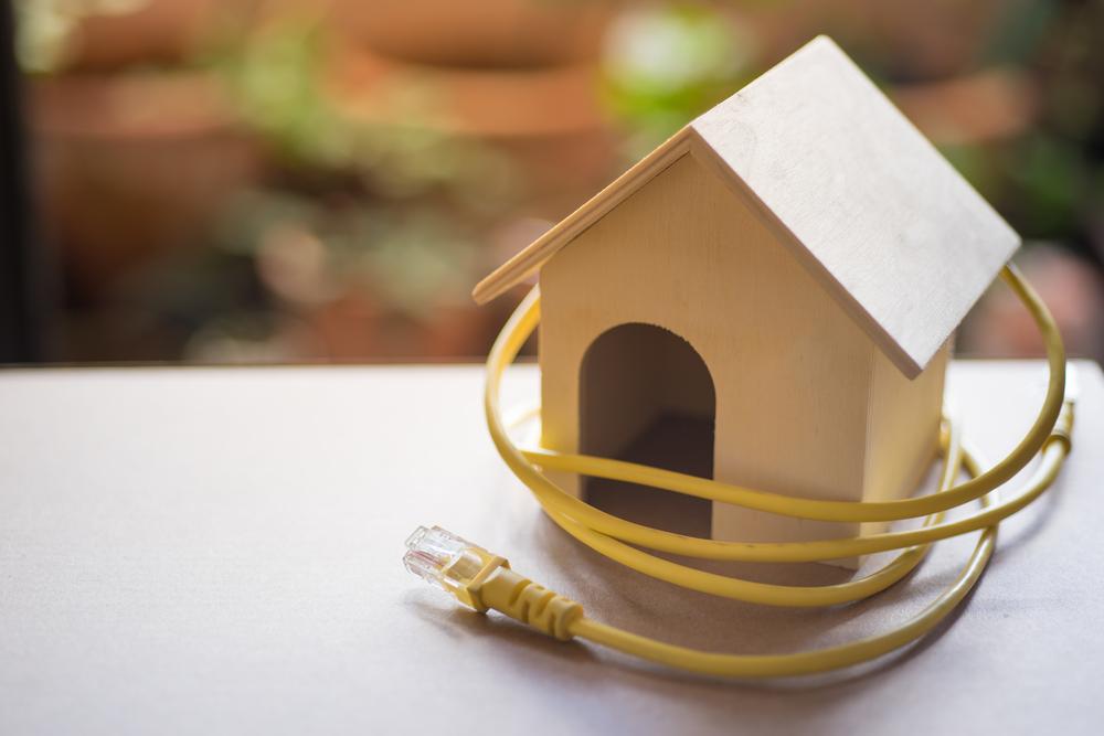 電源ケーブルと家の模型
