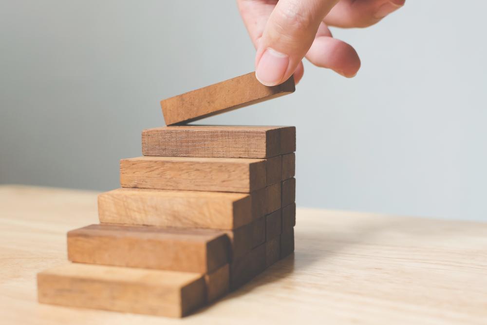 積み木ブロックを階段状に積んでいる様子