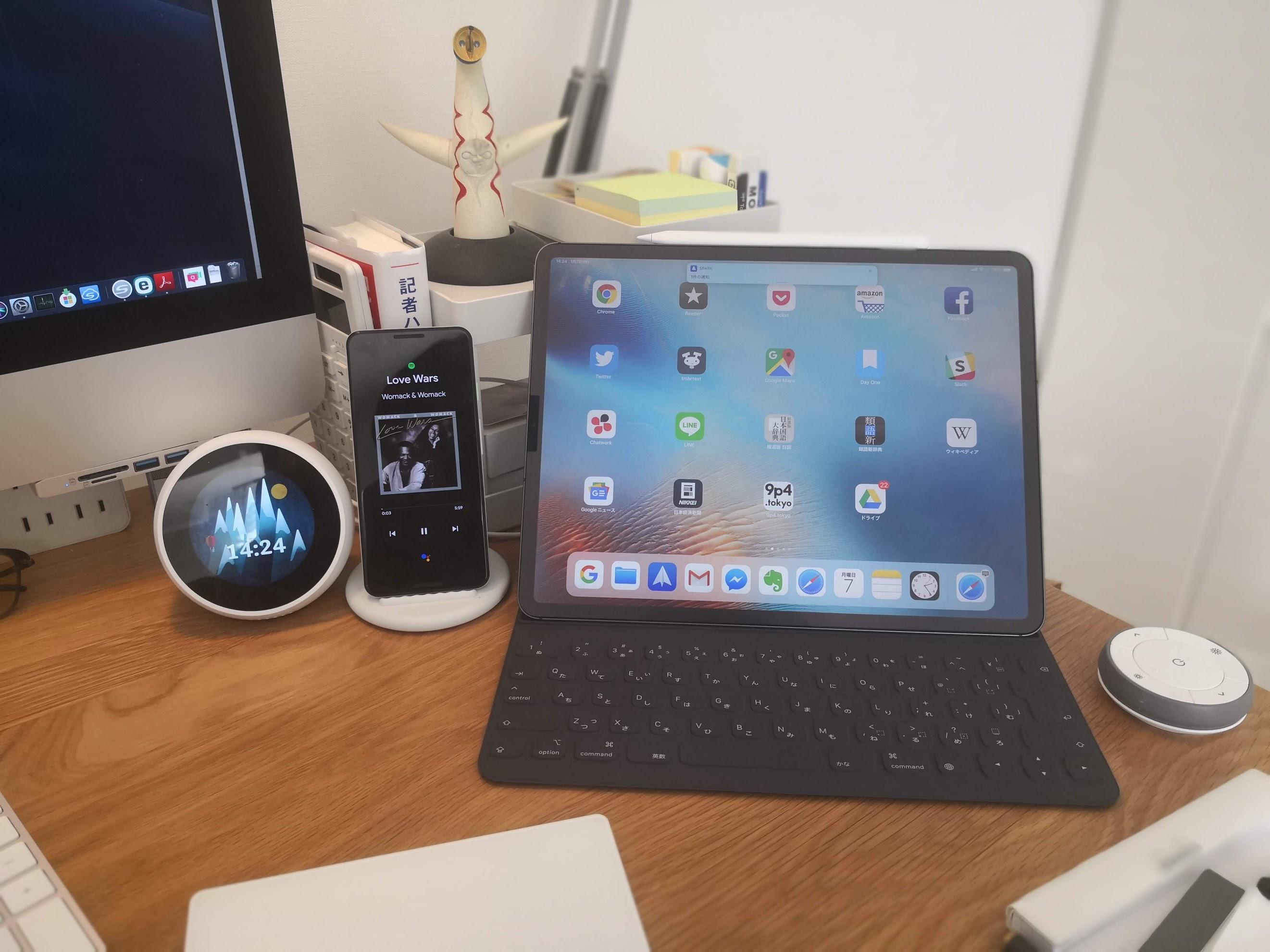 机の上にAmazon Amazon echo spotとpixel3(スタンド)とiPad proが並んでいる様子