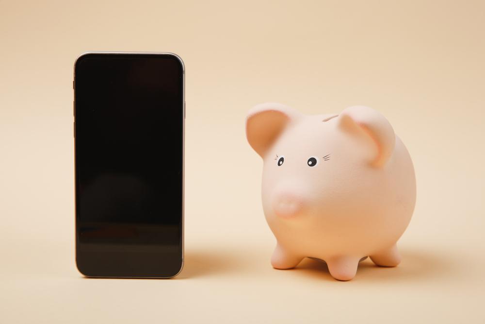 スマートフォンと豚の貯金箱