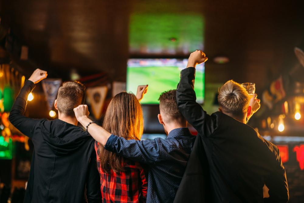 カフェでスポーツ観戦する人達