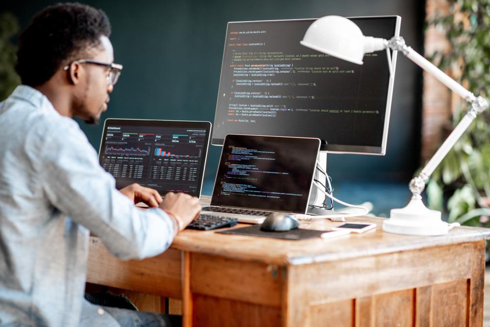 パソコンで仕事する人